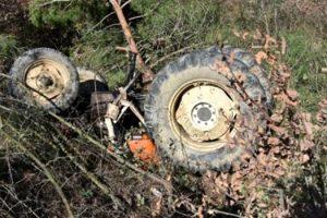 Traktör uçuruma yuvarlandı: 2 ölü