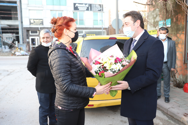 Başkan Tosun, ilçenin tek bayan taksi şoförünü ziyaret etti